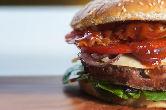 Lav burger på grillen